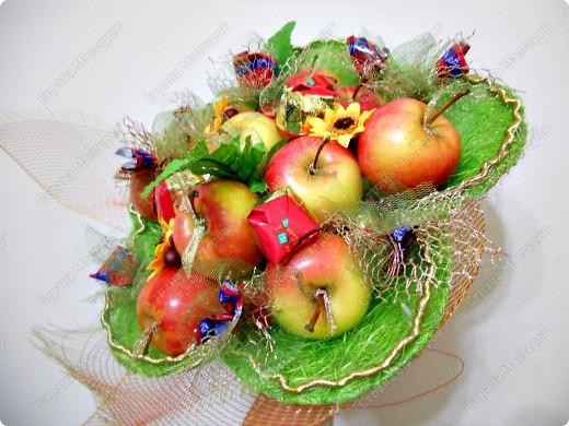 конфетно-яблочный букет фото 2