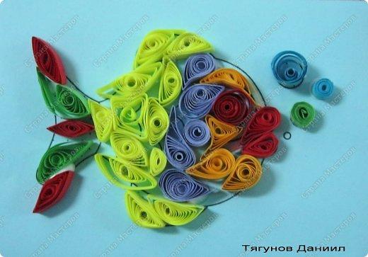 Продолжаем учиться крутить роллы, сочетать цвета, заполнять роллами контур рисунка, формируя из них различные фигурки - капли, ромбы, дольки, треугольники и т.д. фото 4