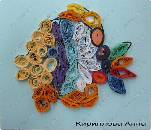 Продолжаем учиться крутить роллы, сочетать цвета, заполнять роллами контур рисунка, формируя из них различные фигурки - капли, ромбы, дольки, треугольники и т.д. фото 7