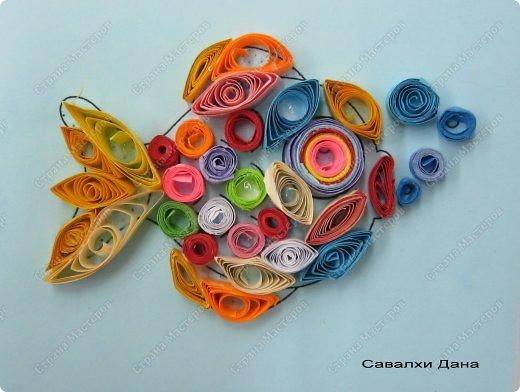 Продолжаем учиться крутить роллы, сочетать цвета, заполнять роллами контур рисунка, формируя из них различные фигурки - капли, ромбы, дольки, треугольники и т.д. фото 8