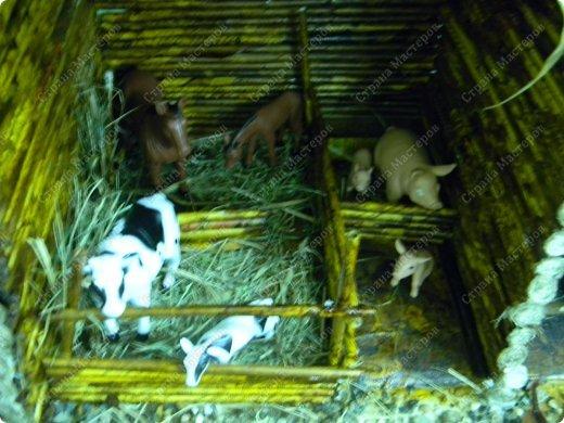"""Сельский дворик сделан для детей среднего возраста, с целью: закрепить представления о домашних животных (средней полосы). Рассматривая картинки и игрушки, дети закрепляют названия домашних животных и их детёнышей, внешний вид; обсуждают, почему этих животных называют """"домашние""""(живут рядом с человеком, под его защитой и опекой). Для макета """"Сельский дворик"""" дети называют домашних животных и дают им характеристики. Затем воссоздаётся окружение животных,постепенно проживая каждый объект. Например, на макете дети размещают корову. Педагог интересуется, где корова ночует, чем корова питается когда нет травы(Значит, необходимо запастись сеном)....... По аналогии проигрываются все названные детьми животные.После расселения знакомых детям животных можно заселять дворик другими представителями домашних животных. В ходе подобной работы макет всё время изменяется вместе с развитием детей... фото 9"""