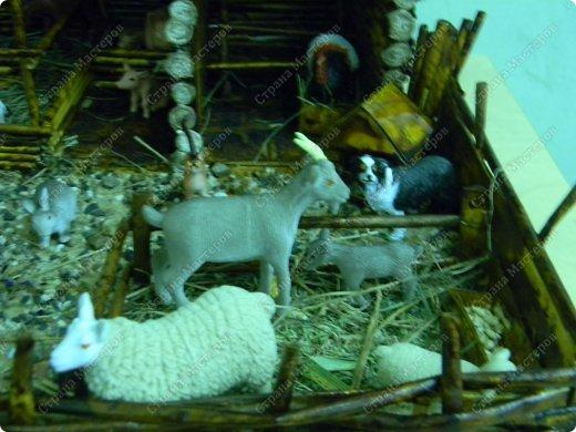 """Сельский дворик сделан для детей среднего возраста, с целью: закрепить представления о домашних животных (средней полосы). Рассматривая картинки и игрушки, дети закрепляют названия домашних животных и их детёнышей, внешний вид; обсуждают, почему этих животных называют """"домашние""""(живут рядом с человеком, под его защитой и опекой). Для макета """"Сельский дворик"""" дети называют домашних животных и дают им характеристики. Затем воссоздаётся окружение животных,постепенно проживая каждый объект. Например, на макете дети размещают корову. Педагог интересуется, где корова ночует, чем корова питается когда нет травы(Значит, необходимо запастись сеном)....... По аналогии проигрываются все названные детьми животные.После расселения знакомых детям животных можно заселять дворик другими представителями домашних животных. В ходе подобной работы макет всё время изменяется вместе с развитием детей... фото 10"""