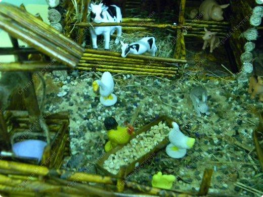 """Сельский дворик сделан для детей среднего возраста, с целью: закрепить представления о домашних животных (средней полосы). Рассматривая картинки и игрушки, дети закрепляют названия домашних животных и их детёнышей, внешний вид; обсуждают, почему этих животных называют """"домашние""""(живут рядом с человеком, под его защитой и опекой). Для макета """"Сельский дворик"""" дети называют домашних животных и дают им характеристики. Затем воссоздаётся окружение животных,постепенно проживая каждый объект. Например, на макете дети размещают корову. Педагог интересуется, где корова ночует, чем корова питается когда нет травы(Значит, необходимо запастись сеном)....... По аналогии проигрываются все названные детьми животные.После расселения знакомых детям животных можно заселять дворик другими представителями домашних животных. В ходе подобной работы макет всё время изменяется вместе с развитием детей... фото 11"""