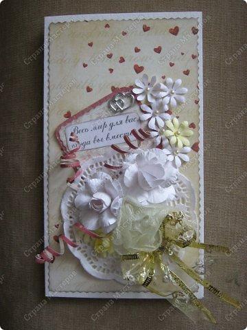 Открытка на заказ.Основа - бумага для акварели, фон  - скрапбумага. Цветы крупные (текстильные и бумажные) самодельные. Мелкие - дырокольные фото 1