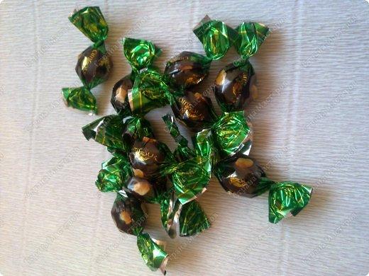 Здравствуйте, гости и любители моей странички. Рада представить вашему вниманию очередной мастер-класс по конфетным композициям. Сегодня я покажу, как без особых усилий можно сделать сладкий подарок своими руками. фото 3