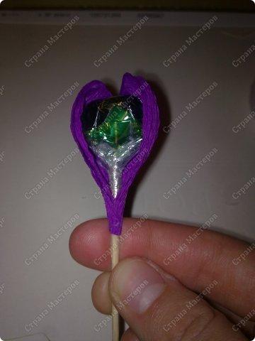 Здравствуйте, гости и любители моей странички. Рада представить вашему вниманию очередной мастер-класс по конфетным композициям. Сегодня я покажу, как без особых усилий можно сделать сладкий подарок своими руками. фото 21