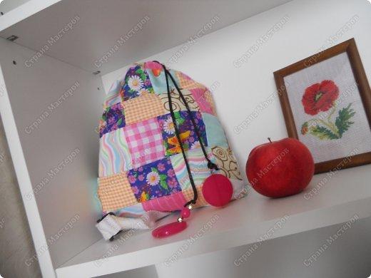 И снова здравствуй Страна мастеров!!!Как же давно меня здесь не было)И вот сразу хочу похвалиться своей работенкой-рюкзак на подарок племяшке.Когда отправилась в магазин за подарками- глаза разбежались.столько всего было,но мне хотелось чего то особенного ,теплого своими руками.И вот он -рюкзак для мелочей (и не только) .ПРОШУ ВСЕХ КТО ЭТО ПОСМОТРЕЛ,ОСТАВИТЬ КОММЕНТАРИЙ!! фото 2