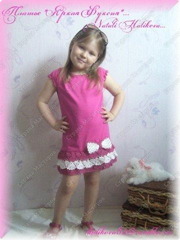 """Купила нам бубуля футболку,но почему то на 2 размера больше )))  Наверное навырост...Ну я не стала ее убирать на дальнюю полочку,а решила сделать платье....комбинированное наоборот ))) Получилось очень даже ничего....)))  Ниточки,мной горячо любимые """"Сосо"""" от вита,крючок № 1.70.Ушло 1.5 мотка фуксии и половина белого. фото 2"""