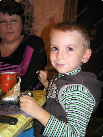 Хотя,  и выпал  День рождения дочери на  будний рабочий день (30 сентября), но как же  без главного десерта!  Вот  и  посторалась  мамочка,для   любимого дитяти! А любит  мой ребенок в основном  тортики  бисквитные. фото 17