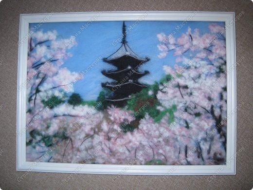 Ну, как и обещала после картины цветущей сакуры, я не успокоилась и быстренько сотворила еще один пейзажик. И опять не успокоилась, чувствую, сакура зацепила меня надолго и не только в шерстяных картинах.  фото 3