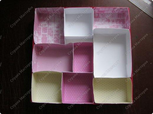 Давно заглядывалась на необычные рамочки, в которых можно разместить и фотографии, и милые вещицы, и излишки накопленных украшений. В общем, выставить напоказ то, что хранится в закромах рукодельницы. Мой словарь пополнился новым термином: шадоубокс- Shadowbox — объемная рамка-коробочка или «многоячейковый» ящичек. фото 11