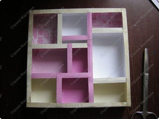 Давно заглядывалась на необычные рамочки, в которых можно разместить и фотографии, и милые вещицы, и излишки накопленных украшений. В общем, выставить напоказ то, что хранится в закромах рукодельницы. Мой словарь пополнился новым термином: шадоубокс- Shadowbox — объемная рамка-коробочка или «многоячейковый» ящичек. фото 12