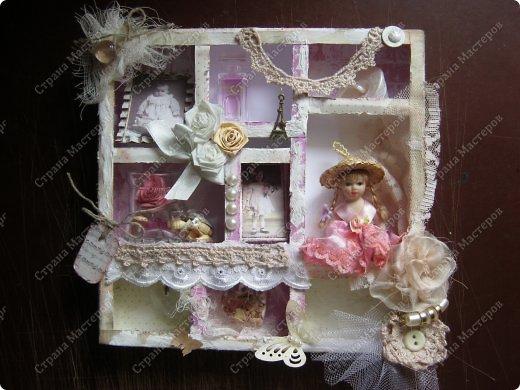 Давно заглядывалась на необычные рамочки, в которых можно разместить и фотографии, и милые вещицы, и излишки накопленных украшений. В общем, выставить напоказ то, что хранится в закромах рукодельницы. Мой словарь пополнился новым термином: шадоубокс- Shadowbox — объемная рамка-коробочка или «многоячейковый» ящичек. фото 1