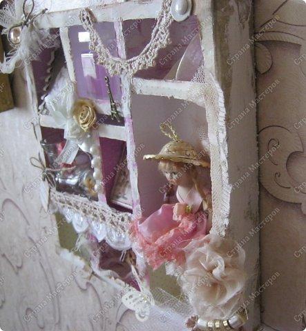 Давно заглядывалась на необычные рамочки, в которых можно разместить и фотографии, и милые вещицы, и излишки накопленных украшений. В общем, выставить напоказ то, что хранится в закромах рукодельницы. Мой словарь пополнился новым термином: шадоубокс- Shadowbox — объемная рамка-коробочка или «многоячейковый» ящичек. фото 19
