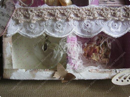 Давно заглядывалась на необычные рамочки, в которых можно разместить и фотографии, и милые вещицы, и излишки накопленных украшений. В общем, выставить напоказ то, что хранится в закромах рукодельницы. Мой словарь пополнился новым термином: шадоубокс- Shadowbox — объемная рамка-коробочка или «многоячейковый» ящичек. фото 16