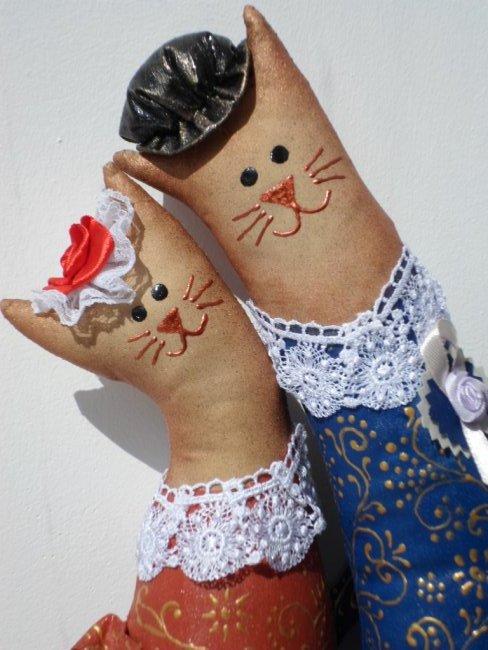"""Здравствуйте жители и гости Страны Мастеров! Появились у меня вот такие котики. Очень они мне понравились, вот и захотелось сшить. Выкройку брала в наборе для шитья Miadolla. Владельцем имущественных прав в отношении авторских работ """" Коты-обнимашки"""" является ООО """" Панна"""" (http://miadolla.ru/catalog/good_22564901572)..Ну а шила из простой бязи и раскрашивала красками и контурами. Котики у меня кофейно-ванильные, поэтому еще и пахнут вкусненько. фото 1"""