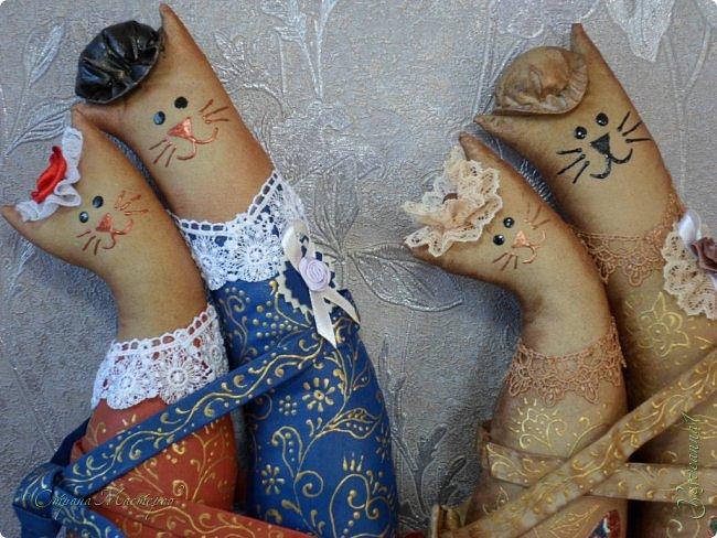 """Здравствуйте жители и гости Страны Мастеров! Появились у меня вот такие котики. Очень они мне понравились, вот и захотелось сшить. Выкройку брала в наборе для шитья Miadolla. Владельцем имущественных прав в отношении авторских работ """" Коты-обнимашки"""" является ООО """" Панна"""" (http://miadolla.ru/catalog/good_22564901572)..Ну а шила из простой бязи и раскрашивала красками и контурами. Котики у меня кофейно-ванильные, поэтому еще и пахнут вкусненько. фото 17"""