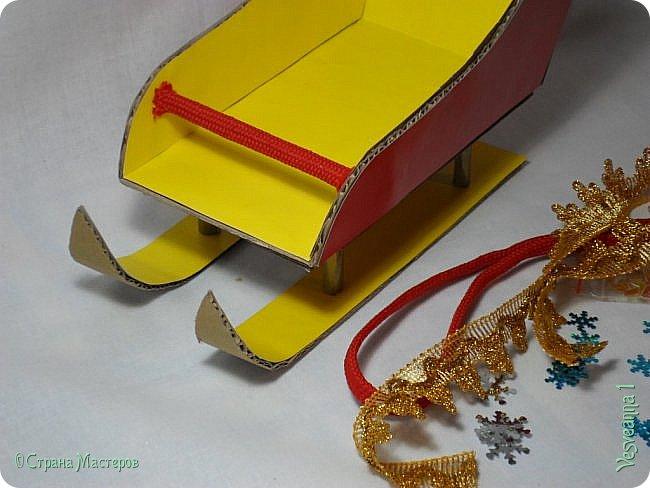 Здравствуйте! Недавно делала снеговичков и захотелось посадить снеговика вот в такие саночки. Саночки довольно простые и симпатичные. Можно посадить в них Деда Мороза или использовать как коробку для подарков. фото 20