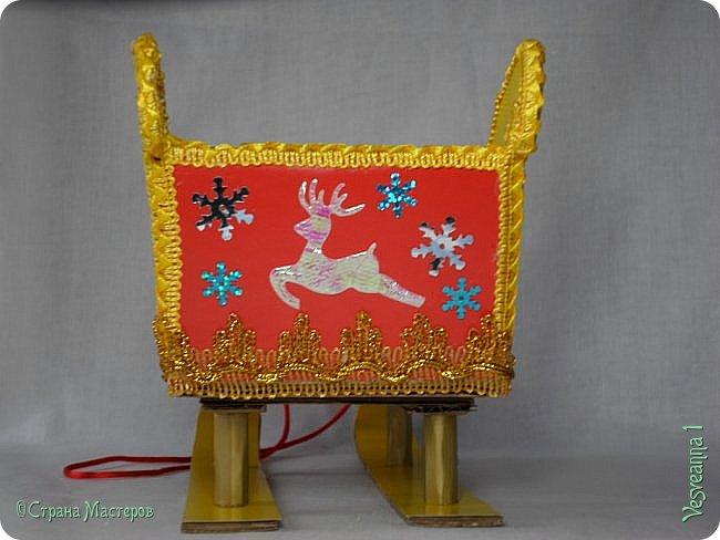 Здравствуйте! Недавно делала снеговичков и захотелось посадить снеговика вот в такие саночки. Саночки довольно простые и симпатичные. Можно посадить в них Деда Мороза или использовать как коробку для подарков. фото 23