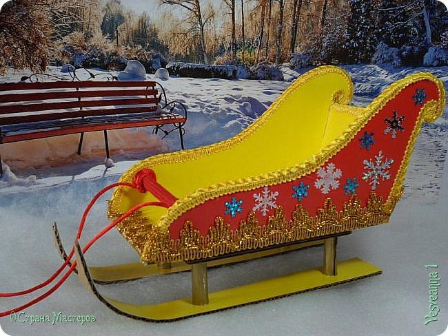 Здравствуйте! Недавно делала снеговичков и захотелось посадить снеговика вот в такие саночки. Саночки довольно простые и симпатичные. Можно посадить в них Деда Мороза или использовать как коробку для подарков. фото 25