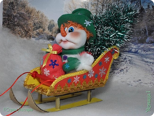 Здравствуйте! Недавно делала снеговичков и захотелось посадить снеговика вот в такие саночки. Саночки довольно простые и симпатичные. Можно посадить в них Деда Мороза или использовать как коробку для подарков. фото 26