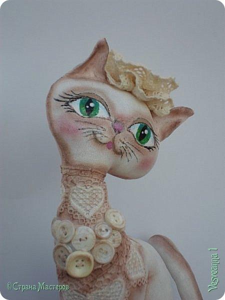 """Кошки не похожи на людей:  Кошки - это кошки.  Люди носят шляпы и пальто -  Кошки часто ходят без одёжки.  Кошки могут среди бела дня  Полежать спокойно у огня.  Кошки не болтают чепухи,  Не играют в домино и в шашки,  Не обязаны писать стихи, -  Им плевать на разные бумажки...  Людям не сойти с протоптанной дорожки,  Ну, а кошки - это кошки!              Борис Заходер  Здравствуйте все, кто заглянул в гости! Весна наступила и кошечки прихорашиваются, ждут своих котиков. Это кошечка """" Сердечная"""". Она украсила себя разными сердечками. фото 7"""