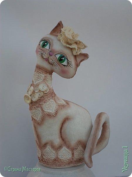 """Кошки не похожи на людей:  Кошки - это кошки.  Люди носят шляпы и пальто -  Кошки часто ходят без одёжки.  Кошки могут среди бела дня  Полежать спокойно у огня.  Кошки не болтают чепухи,  Не играют в домино и в шашки,  Не обязаны писать стихи, -  Им плевать на разные бумажки...  Людям не сойти с протоптанной дорожки,  Ну, а кошки - это кошки!              Борис Заходер  Здравствуйте все, кто заглянул в гости! Весна наступила и кошечки прихорашиваются, ждут своих котиков. Это кошечка """" Сердечная"""". Она украсила себя разными сердечками. фото 8"""