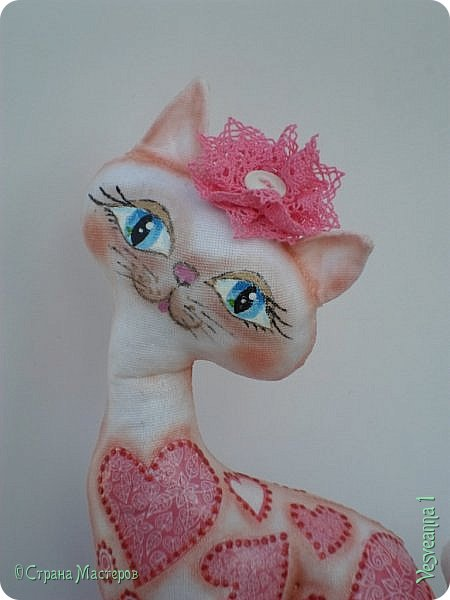 """Кошки не похожи на людей:  Кошки - это кошки.  Люди носят шляпы и пальто -  Кошки часто ходят без одёжки.  Кошки могут среди бела дня  Полежать спокойно у огня.  Кошки не болтают чепухи,  Не играют в домино и в шашки,  Не обязаны писать стихи, -  Им плевать на разные бумажки...  Людям не сойти с протоптанной дорожки,  Ну, а кошки - это кошки!              Борис Заходер  Здравствуйте все, кто заглянул в гости! Весна наступила и кошечки прихорашиваются, ждут своих котиков. Это кошечка """" Сердечная"""". Она украсила себя разными сердечками. фото 1"""