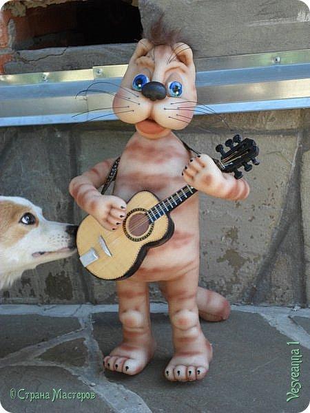 Это не просто кот. Он способен преображаться. Наподобие Чеширского кота.   СТИХИ МАРТОВСКОГО КОТА  Я – кот, обычный с крыши кот!  И этим, я признаюсь, горд! Взирая сверху на людей, на суету людских идей Я сам невольно становлюсь одной из их тревожных муз. Я  - кот, обычный серый кот! Никто не чешет мне живот. Но глядя на мои усы, от завести все воют псы. Мой месяц март и мой черёд Сейчас, поверьте, настает.  Дарья Сизенко Дармостук   фото 12