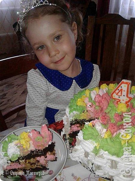 Доброго дня дорогие жители великой страны!Спешу поделится своей радостью с вами!Многие наверное знают тут как я люблю свою внученьку и конечно не смогла я её В день 9 мая,её день рождения  оставить без тортика..Бабулечка (я) КОНЕЧНО ПОСТАРАЛАСЬ)вот и родился такой вкусный и красивый тортик.Кстати...тюльпаны на тортике делала первый раз ,заказала насадку на АЛи..но она не пришла и пришлось искать её у нас и покупать....а та ..заказанная где то еще едет)))))) фото 4