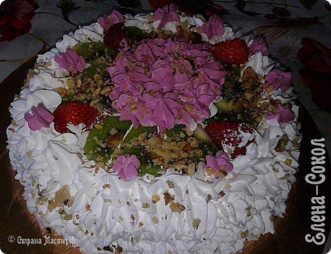 Всем привет!Вот в последнее время было парочку заказов на тортики...Вот этот первый получился очень красивый ..пока самый для меня удачный....Там дальше есть фото с заказчиком...догадалась его сфоткать...Ему понравилось..И уехал тортик и молодой человек свататься к своей любимой с моим тортом)))) фото 4