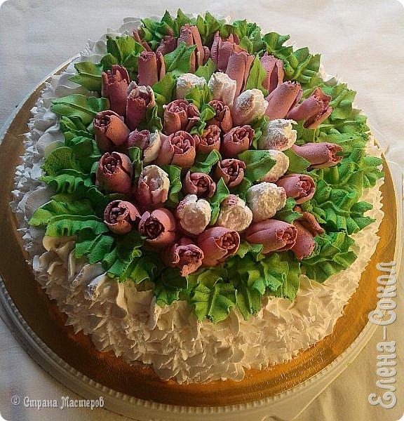 Всем привет!Вот в последнее время было парочку заказов на тортики...Вот этот первый получился очень красивый ..пока самый для меня удачный....Там дальше есть фото с заказчиком...догадалась его сфоткать...Ему понравилось..И уехал тортик и молодой человек свататься к своей любимой с моим тортом)))) фото 1