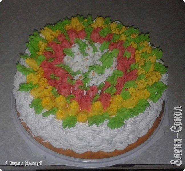 Всем привет!Вот в последнее время было парочку заказов на тортики...Вот этот первый получился очень красивый ..пока самый для меня удачный....Там дальше есть фото с заказчиком...догадалась его сфоткать...Ему понравилось..И уехал тортик и молодой человек свататься к своей любимой с моим тортом)))) фото 2