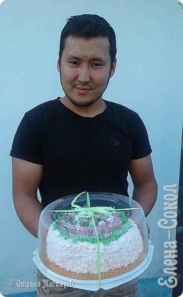 Всем привет!Вот в последнее время было парочку заказов на тортики...Вот этот первый получился очень красивый ..пока самый для меня удачный....Там дальше есть фото с заказчиком...догадалась его сфоткать...Ему понравилось..И уехал тортик и молодой человек свататься к своей любимой с моим тортом)))) фото 5