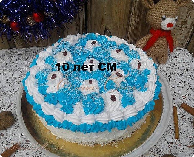 Здравствуйте дорогие жители Страны Мастеров!Присоединяюсь к вам со своими сладкими и вкусными тортиками к юбилею СМ!Давайте вместе попьём чайку!Угощайтесь!первый тортик из воздушного бисквита и пропитан нежным ванильным сиропом и кокосом...Прянички тоже можно кушать)))Кстати делала их впервые)))Скоро вас угощу пряничным домиком! фото 2