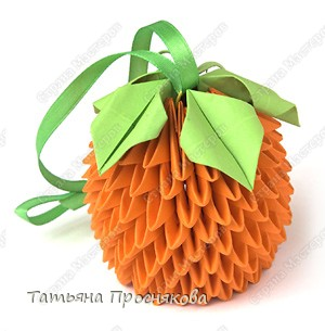 Для апельсина понадобятся 190 оранжевых модулей и 10 зелёных.  Сложи Треугольные модули оригами.