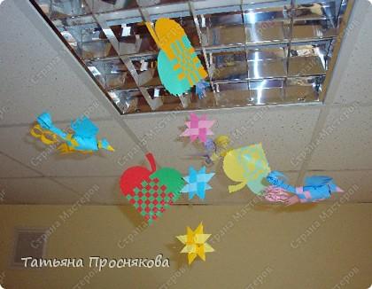 Для того, чтобы сделать каждый плетёный листочек, подбери бумагу двух контрастных цветов (лучше двухстороннюю). фото 25