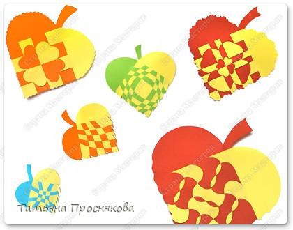 Для того, чтобы сделать каждый плетёный листочек, подбери бумагу двух контрастных цветов (лучше двухстороннюю).