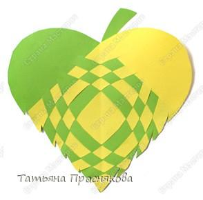 Для того, чтобы сделать каждый плетёный листочек, подбери бумагу двух контрастных цветов (лучше двухстороннюю). фото 14