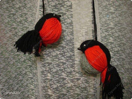 Ну вот, выкладываю МК по изготовлению птах. Для работы нам нужно: серые, чёрные, красные вязальные нитки, вата или синтепон, прямоугольный лист плотного картона размером 20х14 см Сразу сформируем из ваты шар диаметром 4-5 см Сегодня у меня пластинка непослушного синтепона, поэтому я его стянула нитками, место стяжки будет расположено на спине. фото 1