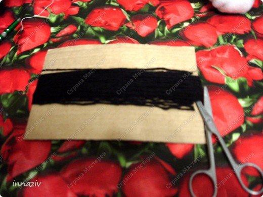 Ну вот, выкладываю МК по изготовлению птах. Для работы нам нужно: серые, чёрные, красные вязальные нитки, вата или синтепон, прямоугольный лист плотного картона размером 20х14 см Сразу сформируем из ваты шар диаметром 4-5 см Сегодня у меня пластинка непослушного синтепона, поэтому я его стянула нитками, место стяжки будет расположено на спине. фото 3