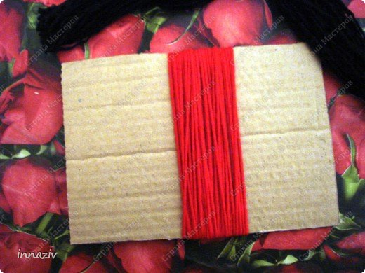Ну вот, выкладываю МК по изготовлению птах. Для работы нам нужно: серые, чёрные, красные вязальные нитки, вата или синтепон, прямоугольный лист плотного картона размером 20х14 см Сразу сформируем из ваты шар диаметром 4-5 см Сегодня у меня пластинка непослушного синтепона, поэтому я его стянула нитками, место стяжки будет расположено на спине. фото 5