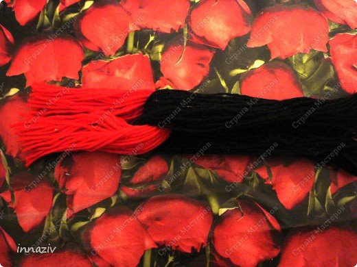 Ну вот, выкладываю МК по изготовлению птах. Для работы нам нужно: серые, чёрные, красные вязальные нитки, вата или синтепон, прямоугольный лист плотного картона размером 20х14 см Сразу сформируем из ваты шар диаметром 4-5 см Сегодня у меня пластинка непослушного синтепона, поэтому я его стянула нитками, место стяжки будет расположено на спине. фото 8