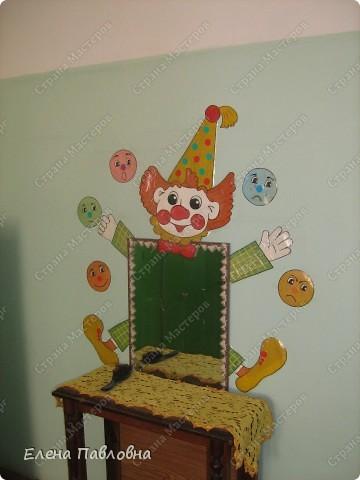 В раздевалке нашей группы вот так оформлено зеркало. Клоун жонглирует разноцветными шарами, а на шарах изображена различная мимика.