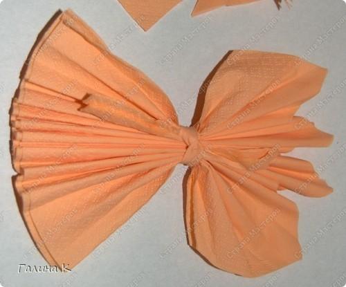 Такие цветы можно быстро изготовить из многослойных салфеток фото 3