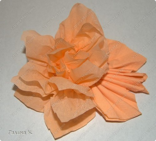 Такие цветы можно быстро изготовить из многослойных салфеток фото 5
