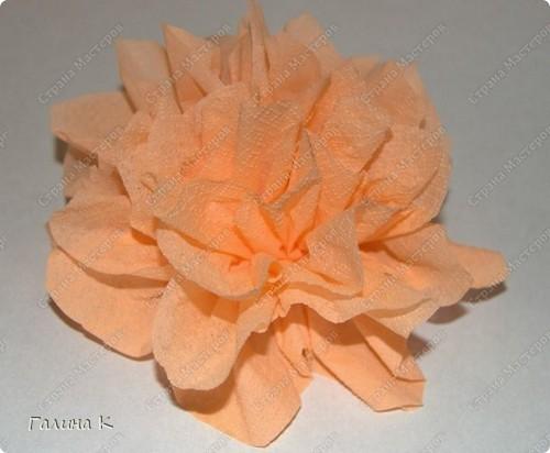Такие цветы можно быстро изготовить из многослойных салфеток фото 6
