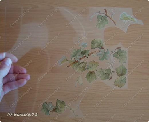 Мой второй опыт в объёмном декупаже. Красива виноградная лоза. Манит нас, истекая соком винным. И наслаждаются мои глаза Чарующим, неповторимым видом. Дрожит, играя с шалунишкой - ветром . Зелёных листьев, сотканный ажур. И прижимаясь к гроздьям знойным летом Ласкает, соблазняя, как амур. http://stranamasterov.ru/user/20537 мастер-класс по работе с термоплёнкой. Техника объемного декупажа Sospeso Trasparente была изобретена итальянкой Моникой Аллегро. фото 5