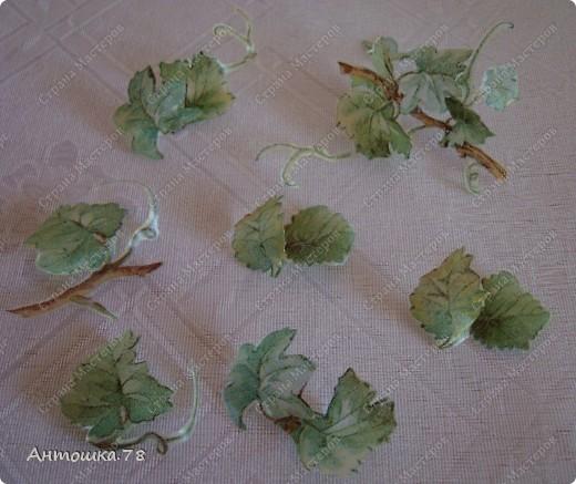 Мой второй опыт в объёмном декупаже. Красива виноградная лоза. Манит нас, истекая соком винным. И наслаждаются мои глаза Чарующим, неповторимым видом. Дрожит, играя с шалунишкой - ветром . Зелёных листьев, сотканный ажур. И прижимаясь к гроздьям знойным летом Ласкает, соблазняя, как амур. http://stranamasterov.ru/user/20537 мастер-класс по работе с термоплёнкой. Техника объемного декупажа Sospeso Trasparente была изобретена итальянкой Моникой Аллегро. фото 6