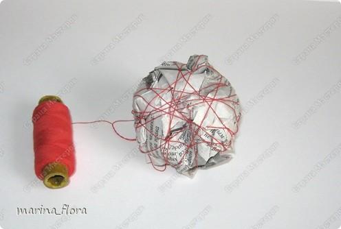 ЕВРОПЕЙСКОЕ ДЕРЕВО. Иногда его называют также бонсаем или европейским бонсаем. Это деревце (высотой обычно от 0,15 до 0,5 м), с прямым или слегка изогнутым стволиком и геометрически правильной шаровидной кроной, посаженной на ствол. В зависимости от материала, используемого для кроны, он может иметь различный характер (ореховое, травяное, зеленое, ажурное и т.д.)  На примере этого мастер-класса показываю свой способ изготовления Европейского стилизованного дерева.  НЕОБХОДИМЫЕ МАТЕРИАЛЫ: Емкость Алебастр (гипс) Стволик Газета (бумага) Нитки Сухоцветы Креп.бумага Гофр.бумага Фетр Клей («Момент», ПВА) или клеевой пистолет.  ТЕХНИКА ИЗГОТОВЛЕНИЯ.  При создании европейского дерева необходимо обратить внимание на ТРИ ОСНОВНЫХ МОМЕНТА: - важно грамотно подобрать емкость или подставку для дерева,  - определиться с длиной стволика, - выбрать характер кроны.   фото 6